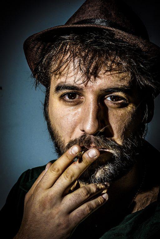 Retrato fotográfico del poeta Escandar Algeet para la campaña
