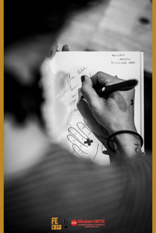 Harpo Libros | Detalle de la firma de ejemplares de Fe Ciega por parte de la poeta a una de sus lectoras.