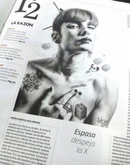 La Razón (edición en papel)   Fotografía de Irene X vistiendo el artículo de Espasa despeja la X de Pedro Alberto Cruz Sánchez.